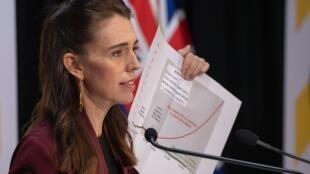 La primera ministra de Nueva Zelanda, Jacinda Ardern, en la Casa del Parlamento en Wellington el 27 de abril de 2020, tras afirmar que su país había logrado una victoria significativa contra la propagación del Covid-19.