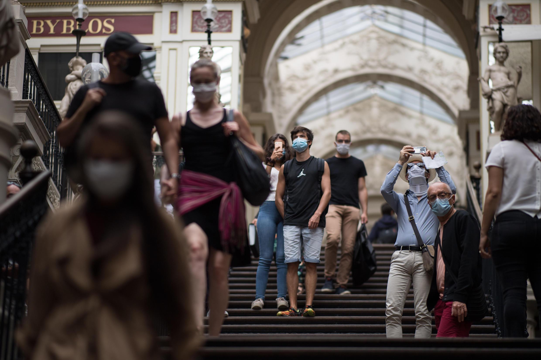 مارة يرتدون كمامات في مدينة نانت، غرب فرنسا، 24 أغسطس/ آب 2020