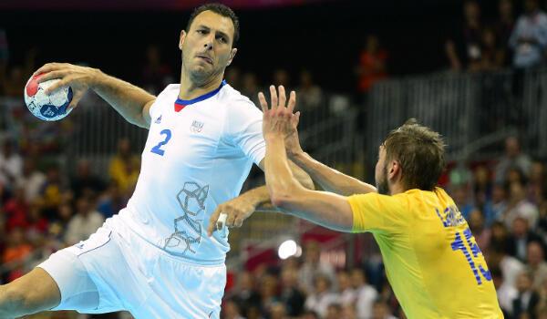 Jérôme Fernandez (en blanc) en suspension pour tirer lors de la finale olympique remportée face à la Suède, le 12 août 2012 à Londres.