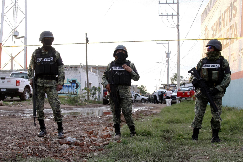 Esta imagen de archivo, tomada el 1 de julio de 2020 en Irapuato, estado de Guanajuato, México, muestra a efectivos de la Guardia Nacional cerca de la escena de una masacre en la que murieron 24 personas
