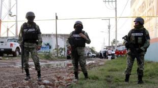Esta imagen de archivo, tomada el 1 de julio de 2020 en Irapuato, estado de Guanajuato, México, muestra a efectivos de la Guardia Nacional cerca de la escena de una masacre en la que murieron 24 personas.