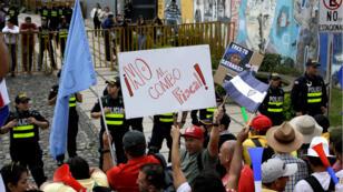 Los empleados del sector público marchan en contra de la propuesta tributaria en San José, Costa Rica. 5 de octubre de 2018.