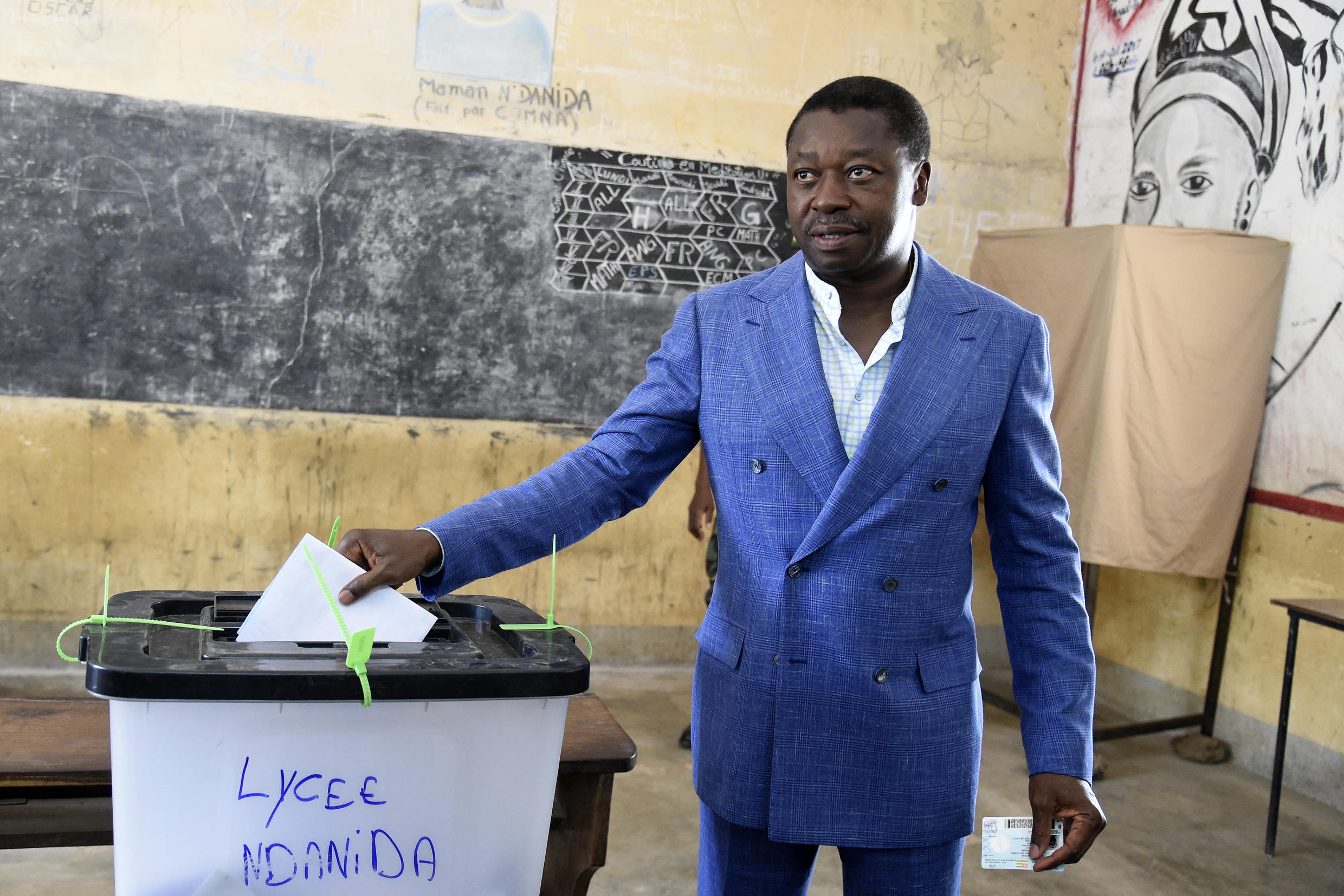 Togolese President Faure Gnassingbé casts his ballot on February 22, 2020 in Kara, during the presidential election.