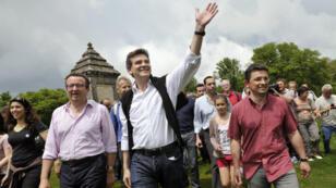 """Le député de la Nièvre et leader des """"frondeurs"""" du PS Christian Paul et Arnaud Montebourg, le 28 mai 2012, lors de la traditionnelle ascension du mont Beuvray."""