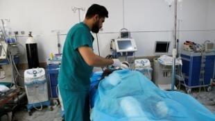 طبيب يعالج أحد الجرحى بالمستشفى المركزي في طرابلس الليبية. 3 يوليو/تموز 2019