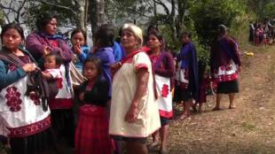 El ataque de un grupo armado en el suroriente de México obligó a cientos de indígenas de la comunidad tzotzil a abandonar sus hogares.