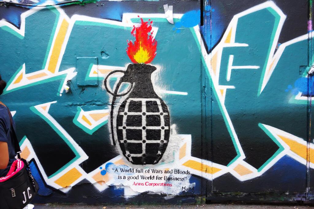 """Tag extrait de la série """"Bon appétit"""" de l'artiste yéménite Murad Subay peint en juillet 2019 sur les murs de Southbank, à Londres."""