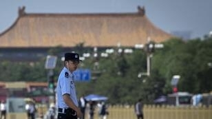 Un officier de police sécurise une partie de la place Tiananmen, à Pékin, le 3 juin 2019.