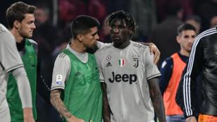 El defensor portugués de la Juventus, Joao Cancelo, consuela al delantero italiano Moise Kean al final del partido Cagliari vs. Juventus en el que fue víctima de cánticos racistas en Cagliari, Italia, el 2 de abril de 2019.