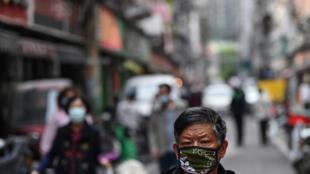 رجل يرتدي قناعا واقيا في شارع في مدينة ووهان في وسط الصين في 8 نيسان/أبريل 2020