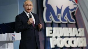 """El presidente ruso Vladimir Putin habla durante el congreso del partido oficialista """"Rusia Unida"""" en Moscú el 23 de diciembre del 2017."""