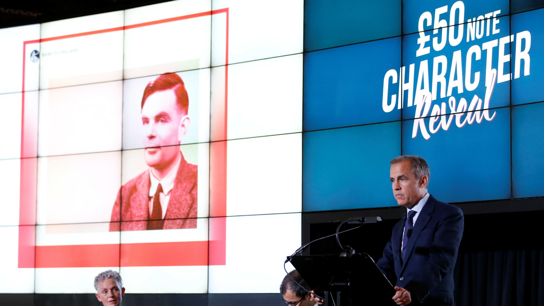 El gobernador del Banco de Inglaterra, Mark Carney, presenta el nuevo billete de 50 libras con la figura de Alan Turing, en Manchester, el 15 de julio de 2019.