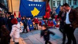 Des drapeaux kosovars et albanais à Pristina, le 16 février 2018, à la veille de l'anniversaire de la proclamation d'indépendance.