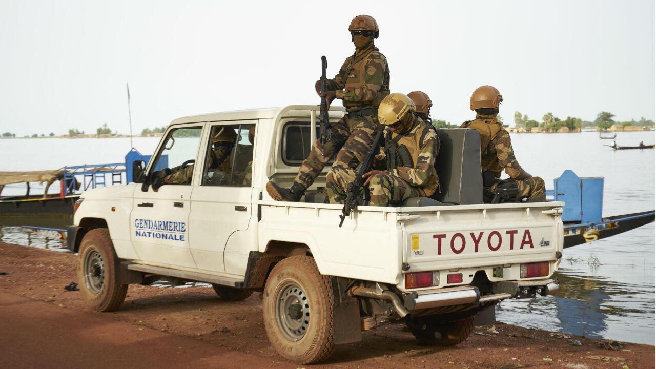 Des soldats maliens patrouillent dans les rues de Mopti, juste avant le passage du Premier ministre Soumeylou Boubeye Maiga, le 14 octobre 2018.