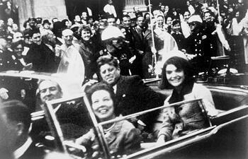 صورة يظهر فيها جون كينيدي وزوجته جاكي قبيل اغتيال الرئيس الأمريكي يوم 22 تشرين الثاني/نوفمبر 1963 في دالاس، ولاية تكساس.