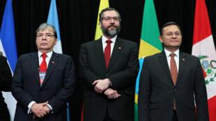 El ministro de Relaciones Exteriores de Colombia, Carlos Holmes Trujillo, el ministro de Relaciones Exteriores de Brasil, Ernesto Araujo y el ministro de Relaciones Exteriores de Perú, Nestor Popolizio, posan durante la foto en la reunión del Grupo de Lima en Ottawa, Ontario, Canadá, el 4 de febrero de 2019.