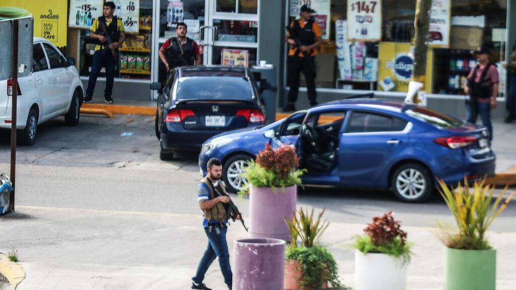Hombres armados del cartel son vistos afuera durante enfrentamientos con las fuerzas federales luego de la detención de Ovidio Guzmán, hijo del narcotraficante Joaquín 'El Chapo' Guzmán, en Culiacán, estado de Sinaloa, México, 17 de octubre de 2019.