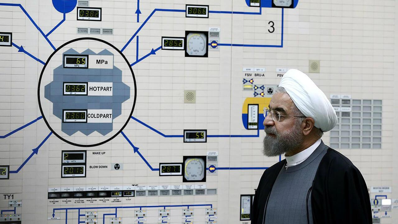 Fotografía publicada por el sitio web oficial del presidente iraní, Hassan Rouhani, que lo muestra visitando la sala de control de la central nuclear de Bushehr en la ciudad portuaria del Golfo de Bushehr en Irán, el 13 de enero de 2015.