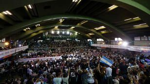 Cientos de argentinos reunidos durante un mitin de campaña del presidente Mauricio Macri.