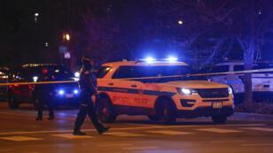 La police sur les lieux de la fusillade, à Chicago, le lundi 19 novembre.