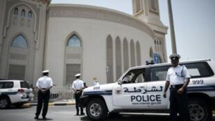الشرطة البحرينية عند حاجز أمني