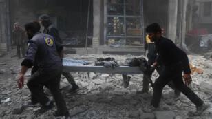 متطوعون في الدفاع المدني يساعدون مصابين إثر قصف للنظام على الغوطة الشرقية 3 كانون الأول/ديسمبر 2017