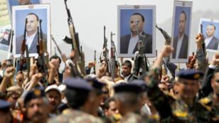 Partidarios hutíes sostienen carteles de Saleh Al-Samad, presidente del consejo supremo político, durante una procesión fúnebre celebrada para él