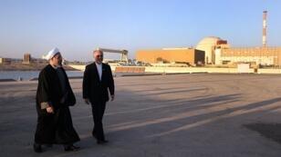 Le président iranien Hassan Rohani (à gauche) devant la centrale nucléaire de Buchehr, le 13 janvier 2015.