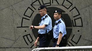 Des policiers patrouillent devant le siège du gouvernement à Hong Kong, le 10 juin 2019.