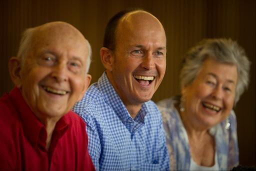 الصحافي الأسترالي بيتر غريست في الوسط