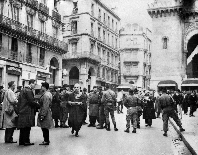 Des militaires français établissent un poste de contrôle, le 12 décembre 1960 à Alger au bas de la casbah, quelque jours avant la déclaration de l'ONU reconnaissant le droit du peuple algérien à l'autodétermination.
