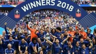 لاعبو تشلسي يحتفلون بتتويجهم بكأس إنكلترا بفوزه على مانشستر يونايتد في نهائي عام 2018. 19 أيار/مايو 2018