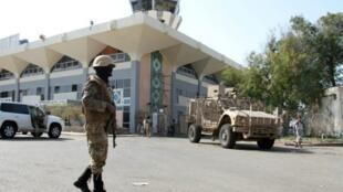 جندي يمني يقف حارسا أمام مطار عدن 22 كانون الأول/ديسمبر 2016