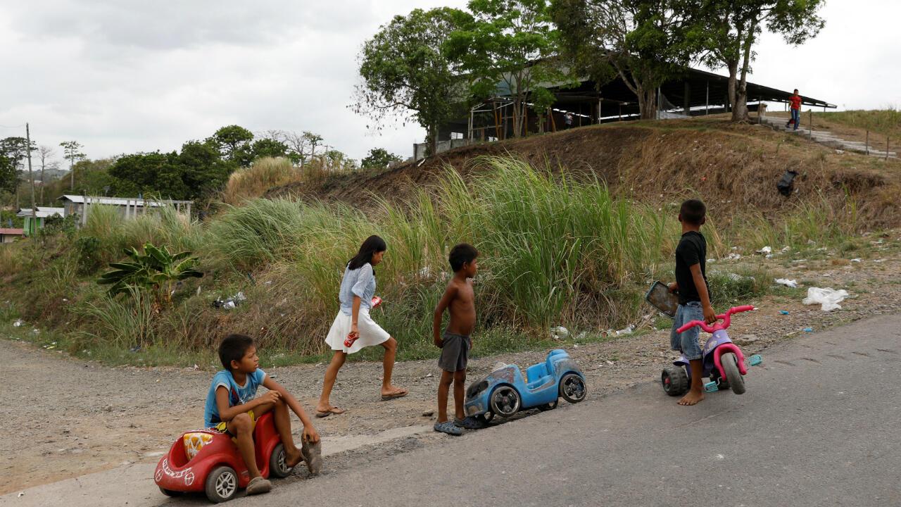 Foto de archivo de unos niños que juegan en autos de plástico en la calle de un barrio de bajos ingresos en la Ciudad de Panamá, Panamá, el 28 de abril de 2019.