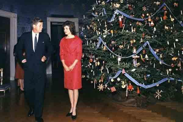صورة تعود إلى كانون الأول/ديسمبر 1961 للرئيس الأمريكي جون كينيدي والسيدة الأولى جاكلين أمام شجرة الميلاد في البيت الأبيض.