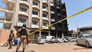 Les militaires burkinabè en poste devant le l'hôtel Splendid Hotel à Ouagadougou le 18 janvier 2015.
