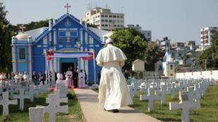 Papa Francisco camina por un cemeterio a la Iglesia del Sagrado Rosario en Dacca, Bangladesh el 2 de diciembre 2017