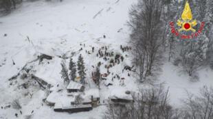 Des sauveteurs sur le site de l'hôtel Rigopiano enseveli sous une avalanche à Farindola en Italie, le 20 janvier 2017.