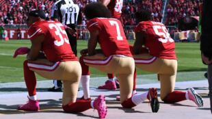 Colin Kaepernick (centro) ha sido el principal promotor de la protesta de la rodilla, que se dio principalmente en el fútbol americano (NFL) (Imagen de archivo).