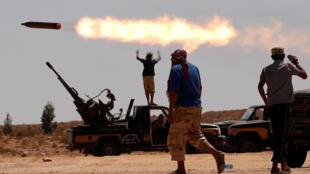 مقاتلون يطلقون النار من قاذفة صواريخ متعددة بالقرب من سرت، التي كانت واحدة من آخر معاقل القذافي في ليبيا، 24 سبتمبر/ كانون الثاني 2011.