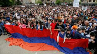 Ciudadanos armenios protestan en la ciudad de Ijevan a favor del candidato opositor Nikol Pashinian. 28 de abril de 2018.