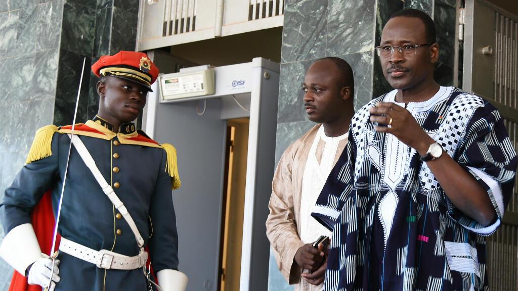 Le Premier ministre du gouvernement burkinabè de transition, Isaac Zida, sort du premier conseil des ministres post-coup d'État, le 25 septembre 2015.