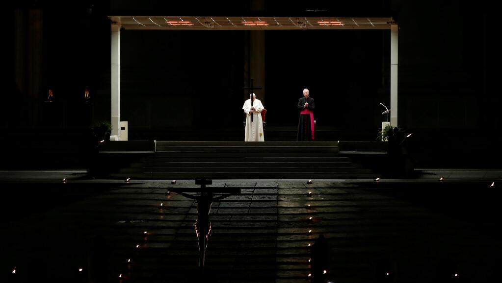 El papa Francisco hace las oraciones del Vía Crucis desde la Plaza de San Pedro, en Ciudad del Vaticano, en un Viernes Santo sin multitudes a causa del Covid-19.