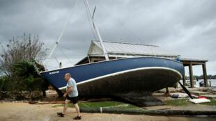 Un voilier est échoué après avoir été soulevé par la tempête Florence, en Caroline du Nord, le 15 septembre 2018.