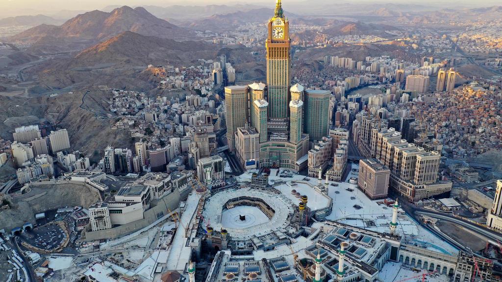 صورة جوية تظهر الكعبة ومحيط المسجد الحرام في مكة فارغين في أول أيام رمضان في 24 نيسان/أبريل 2020.   بندر الدندني ا ف ب