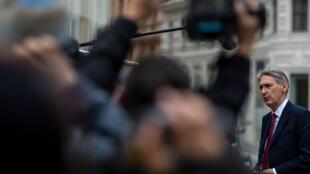 Le secrétaire d'État britannique chargé des Affaires étrangères, Philip Hammond, au milieu d'une foule de journalistes, à Vienne le 21 novembre.