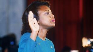 Anita Hill prête serment devant la commission judiciaire du Sénat, le 12 octobre 1991 à Washington.