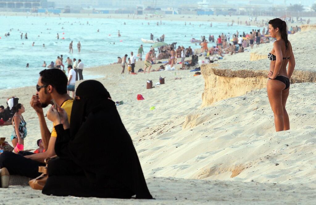 مصطافون على شاطئ في دبي في 2012