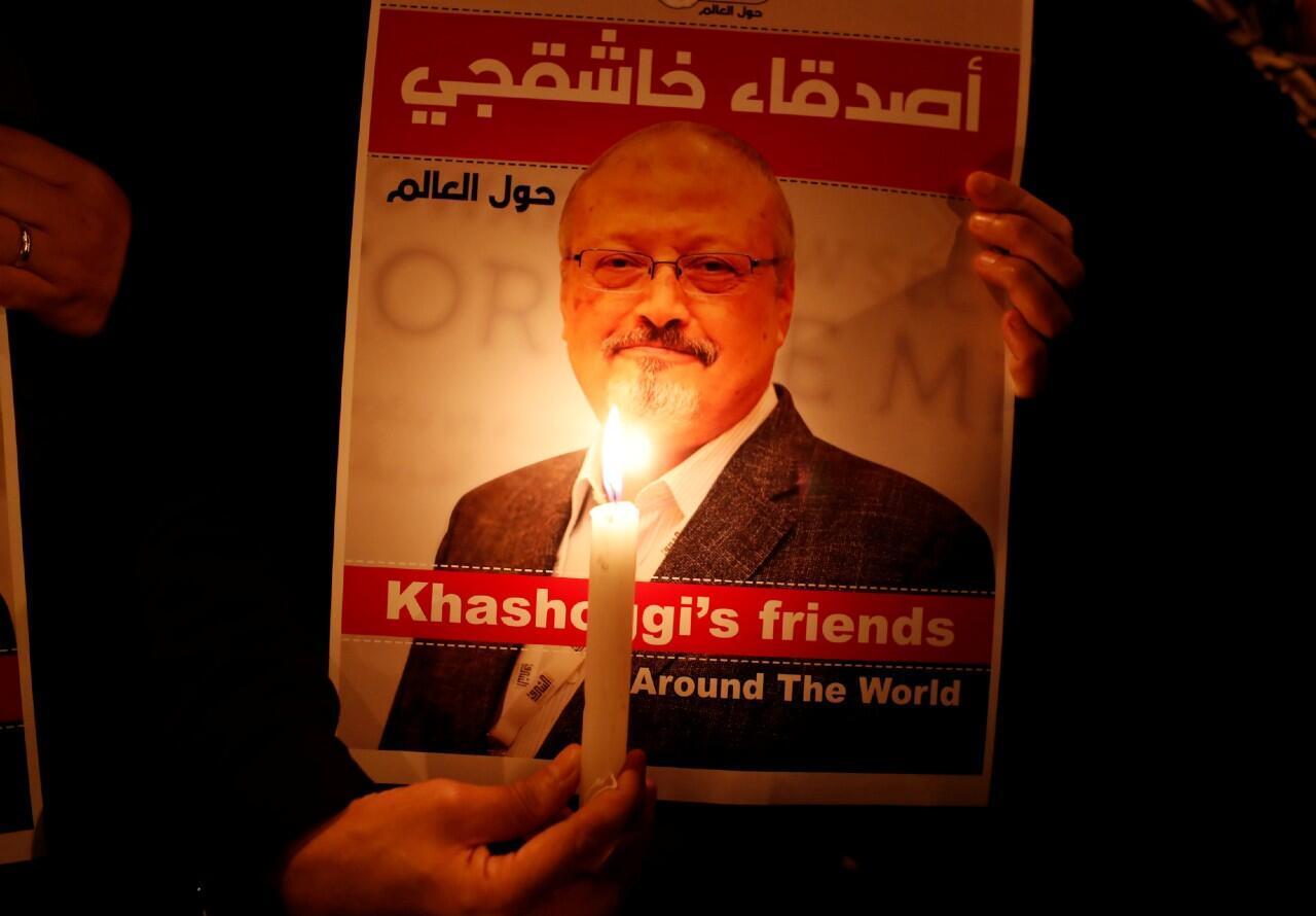 Un manifestante sostiene un cartel con una foto del periodista saudita Jamal Khashoggi afuera del consulado de Arabia Saudita en Estambul, Turquía. Archivo.