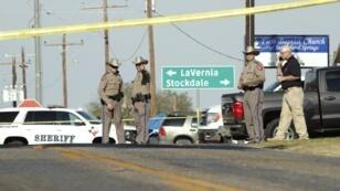 Des véhicules de police bloquent l'accès à Sutherland Springs, au Texas, après une fusillade survenue le 5 novembre 2017.